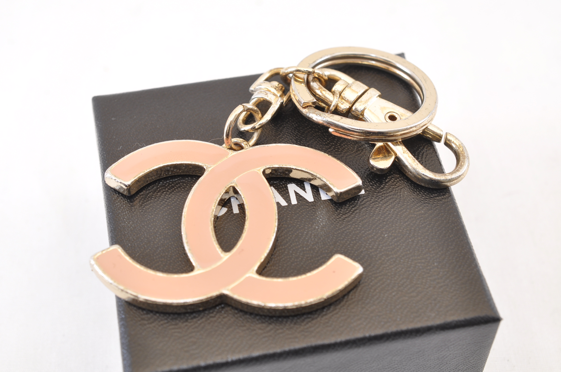 814688d7db51 CHANEL Charm Pink Key Chain Ring CC Auth sa1666. DSC0387.jpg ...